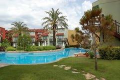 Mening van bomen rond pool in hotel, Turkije Royalty-vrije Stock Foto's
