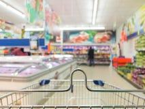 Mening van boodschappenwagentjekarretje bij supermarktwinkel. Kleinhandels. Royalty-vrije Stock Afbeeldingen