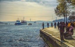 Mening van Bosphorus met schepen en vissers Royalty-vrije Stock Foto's