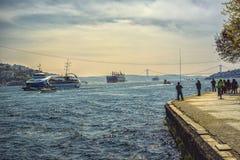 Mening van Bosphorus met schepen en vissers Royalty-vrije Stock Fotografie