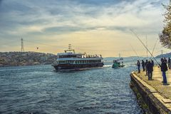 Mening van Bosphorus met schepen en vissers Stock Foto
