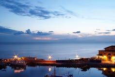 Mening van boten bij zonsondergang royalty-vrije stock afbeelding