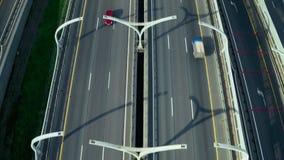 Mening van boven het vliegende verkeer van de hommelauto op moderne wegweg in stad stock footage