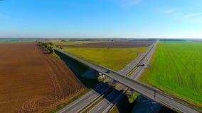 Mening van bovengenoemde brug over weg Auto's en vrachtwagen die zich op weg bewegen stock footage
