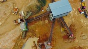 Mening van bovengenoemde lader voor graafmachines in zandsteengroeve Kipwagenvrachtwagens met ladingszand stock footage