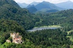 Mening van bovenkant aan Hohenschwangau-Kasteel Schloss en Alpsee-meer van de berg, de Alpen en de bomen op achtergrond, Fussen,  Royalty-vrije Stock Fotografie