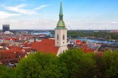 Mening van Bratislava en de Kerk van St Martin in de zomer Royalty-vrije Stock Afbeelding