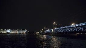 Mening van brug boven rivier in nacht in stad lichten De boot van de toerist Timelapse stock footage