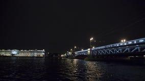Mening van brug boven rivier in nacht in stad lichten De Boten van de toerist Timelapse stock videobeelden