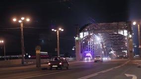 Mening van brug en autosnelweg in nachtstad Noodsituatieauto stock videobeelden