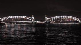 Mening van brug en rivier in nachtstad Pan horizontaal verlichting stock videobeelden