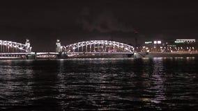 Mening van brug en rivier in nachtstad verlichting stock videobeelden