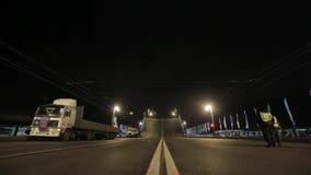 Mening van bruggen die proces in nacht in stad kweken lichten Mensen Timelapse stock video