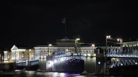Mening van bruggen die proces in nacht in stad kweken lichten Rivier Timelapse stock videobeelden