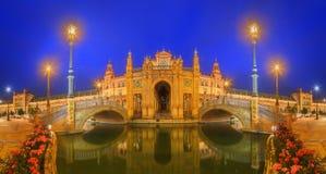 Mening van bruggen en lichten in het Vierkant van Spanje bij avond, oriëntatiepunt in de stijl van de Renaissanceheropleving, Sev stock foto's