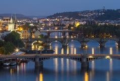 Mening van Bruggen op Vltava bij schemer, van het letnapark Czech, Europa Stock Afbeeldingen