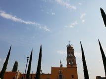 mening van buitenvoorgevel van een katholieke kerk in Acambaro, Mexico stock afbeelding