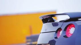 Mening van bumper en rode lichten van donkerblauwe nieuwe auto presentatie showing auto Koude schaduwen stock video