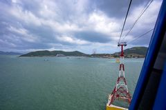 Mening van cabines van de kabelbaan van de wereld` s langste kabelwagen Royalty-vrije Stock Fotografie