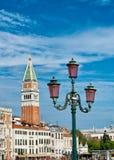 Mening van Campanile en straatlantaarn in Venetië stock afbeelding