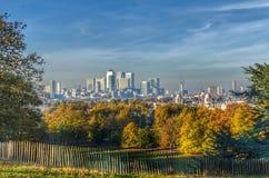 Mening van Canary Wharf van het Park van Greenwich in de herfst Royalty-vrije Stock Afbeelding