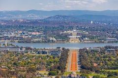 Mening van Canberra van het vooruitzicht van Onderstelainslie - ANZAC Parade, het Parlement Huis en moderne architectuur met berg royalty-vrije stock afbeelding