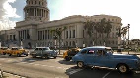 Mening van Capitolium Gr Capitolio, Havana, Cuba, retro auto w stock afbeeldingen