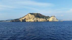 Mening van Capo Miseno, in de Golf van Pozzuoli Phlegraeangebieden stock afbeelding