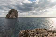 Mening van Capri-eiland Italië, met sommige boten op het water dichtbij Faraglioni stock afbeeldingen
