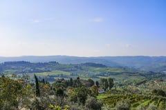 Mening van Castellina in Chianti aan de heuvels met wijngaarden in T Stock Foto's