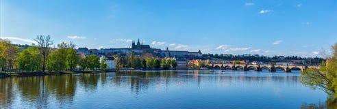 Mening van Charles-brug over de rivier en Gradchany van Vltava (Praag C Royalty-vrije Stock Afbeeldingen