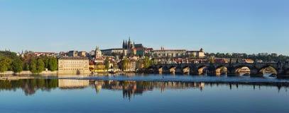 Mening van Charles-brug over de rivier en Gradchany van Vltava (Praag C Royalty-vrije Stock Afbeelding