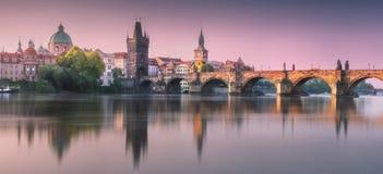 Mening van Charles-brug Praag, Tsjechische Republiek royalty-vrije stock afbeeldingen