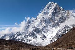Mening van Cholatse-Piek van route aan Cho La Pass, Solu Khumbu, Nepal royalty-vrije stock afbeeldingen