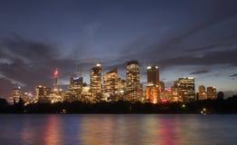 Mening van cityscape van Sydney bij schemer over Haven van botanisch GA Stock Foto