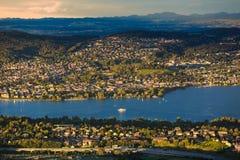 Mening van cityscape van Zürich en het meer van Zürich van Uetliberg Stock Afbeelding