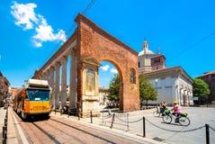 Mening van Colonne Di San Lorenzo, roman historische colonnade, met het standbeeld van roman keizer Costantine, in Milaan, Italië stock foto