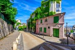 Mening van comfortabele straat in kwart Montmartre in Parijs royalty-vrije stock fotografie