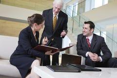 Mening van commerciële teamvergadering in bureauhal. Stock Foto's