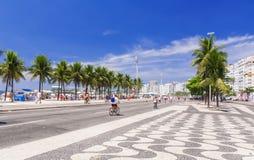 Mening van Copacabana-strand met palmen en mozaïek van stoep in Rio de Janeiro Stock Fotografie