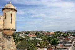 Mening van Cumana-kasteel aan de stadsstraten stock fotografie