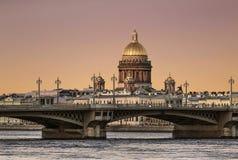 Mening van de Aankondigingsbrug over de Neva-rivier en de koepel van St Isaac ` s Kathedraal bij zonsondergang Heilige Petersburg stock afbeelding