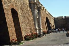 Mening van de Aarden poort in Cadiz Buitenmuren die het oude kwart en het moderne stadsgebied scheiden stock afbeeldingen