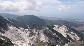 Mening van de Alpen Apuan met witte marmeren steengroeve Royalty-vrije Stock Afbeelding