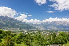 Mening van de Alpen in Liechtenstein Sneeuwbergpieken in m stock fotografie