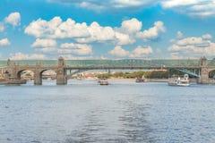 Mening van de Andreyevsky-brug en de rivier van Moskou in de zomer Stock Foto's