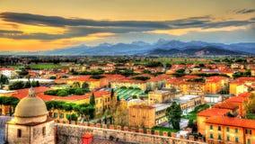 Mening van de Apuan-Alpen van de Toren van Pisa Stock Foto's