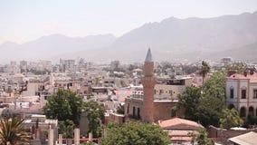 Mening van de Arabische stad door een moskee, de Arabische stad dichtbij het overzees, de minaret in de Arabische stad, de Moslim stock footage
