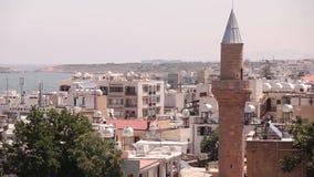 Mening van de Arabische stad door een moskee, de Arabische stad dichtbij het overzees, de minaret in de Arabische stad, de Moslim stock videobeelden