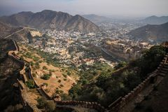 Mening van de Aravalli-Heuvels, Amer, en Amer Fort van Nahargarh-Fort, Jaipur, Rajasthan, India royalty-vrije stock afbeelding